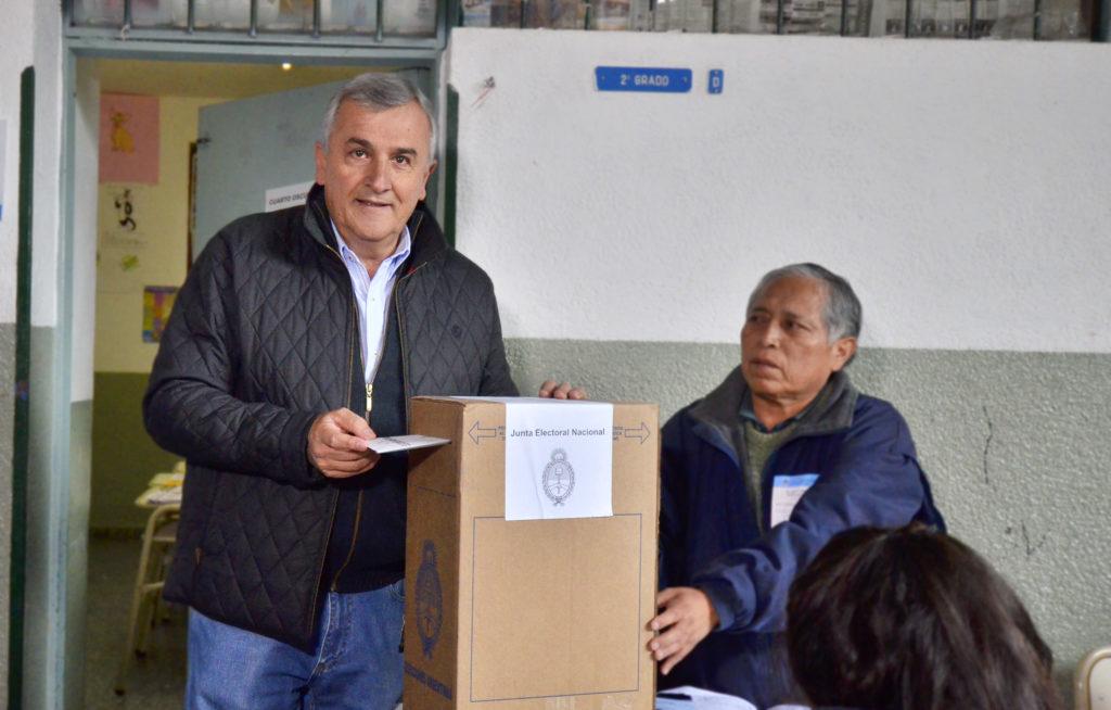 """El gobernador Gerardo Morales emite su voto en la escuela """"Regimiento de Montaña"""" del barrio Chijra."""